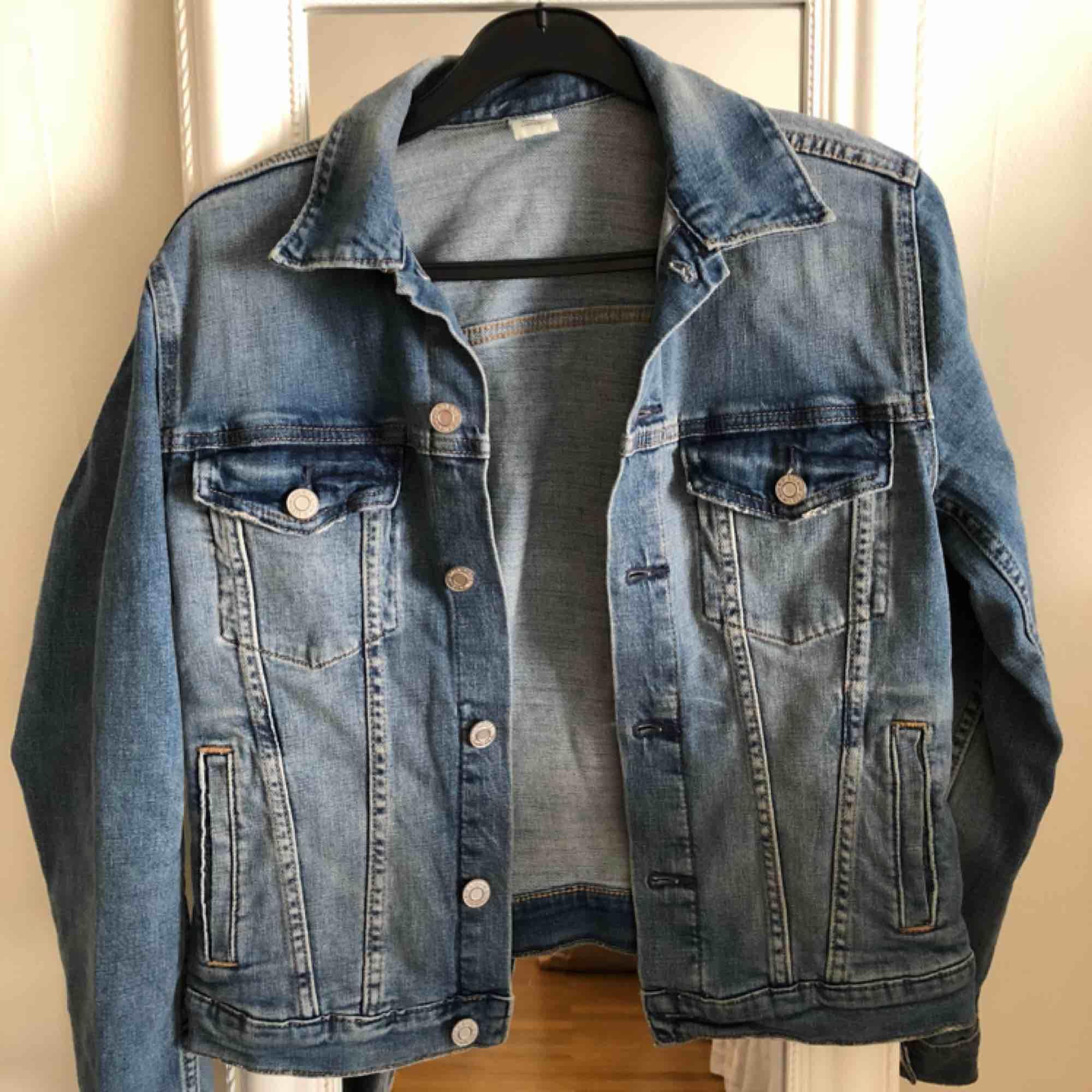 Jeansjacka som är använd endast 2-3ggr. 4 ytterfickor. Köparen står för frakten.. Jackor.