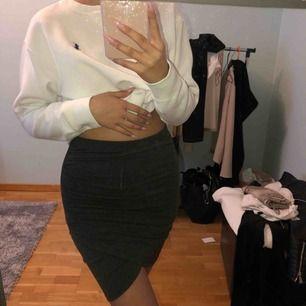 Jättesnygg mörkgrå kjol från BikBok strlk S, formar sig jätte fint på kroppen. Frakt tillkommer