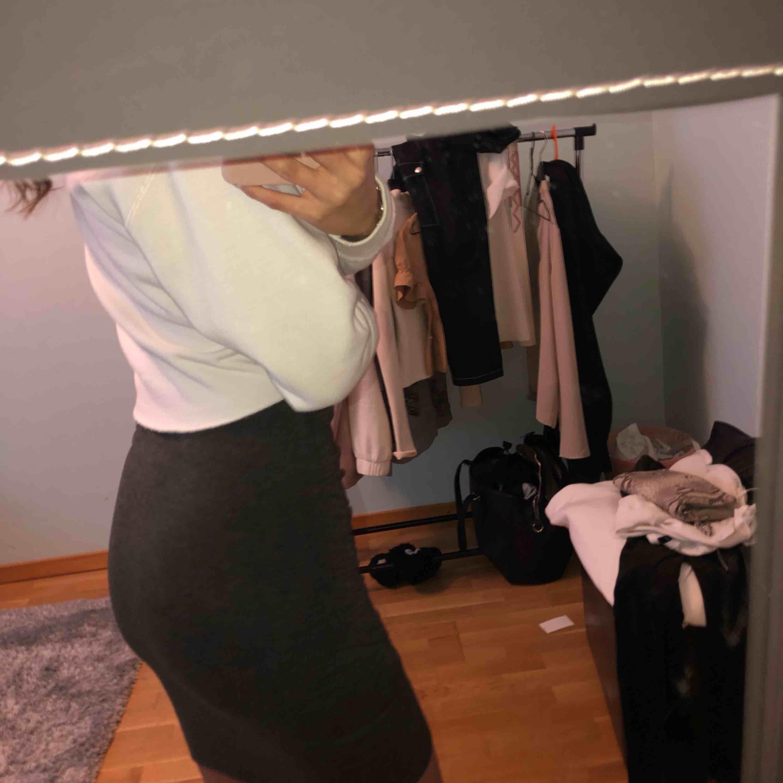 Jättesnygg mörkgrå kjol från BikBok strlk S, formar sig jätte fint på kroppen. Frakt tillkommer . Kjolar.