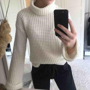 Polo stickad tröja från NAKD. Inte alls myclet använd så i fint skick. Frakt är inkluderat i priset ( 54kr) 💘