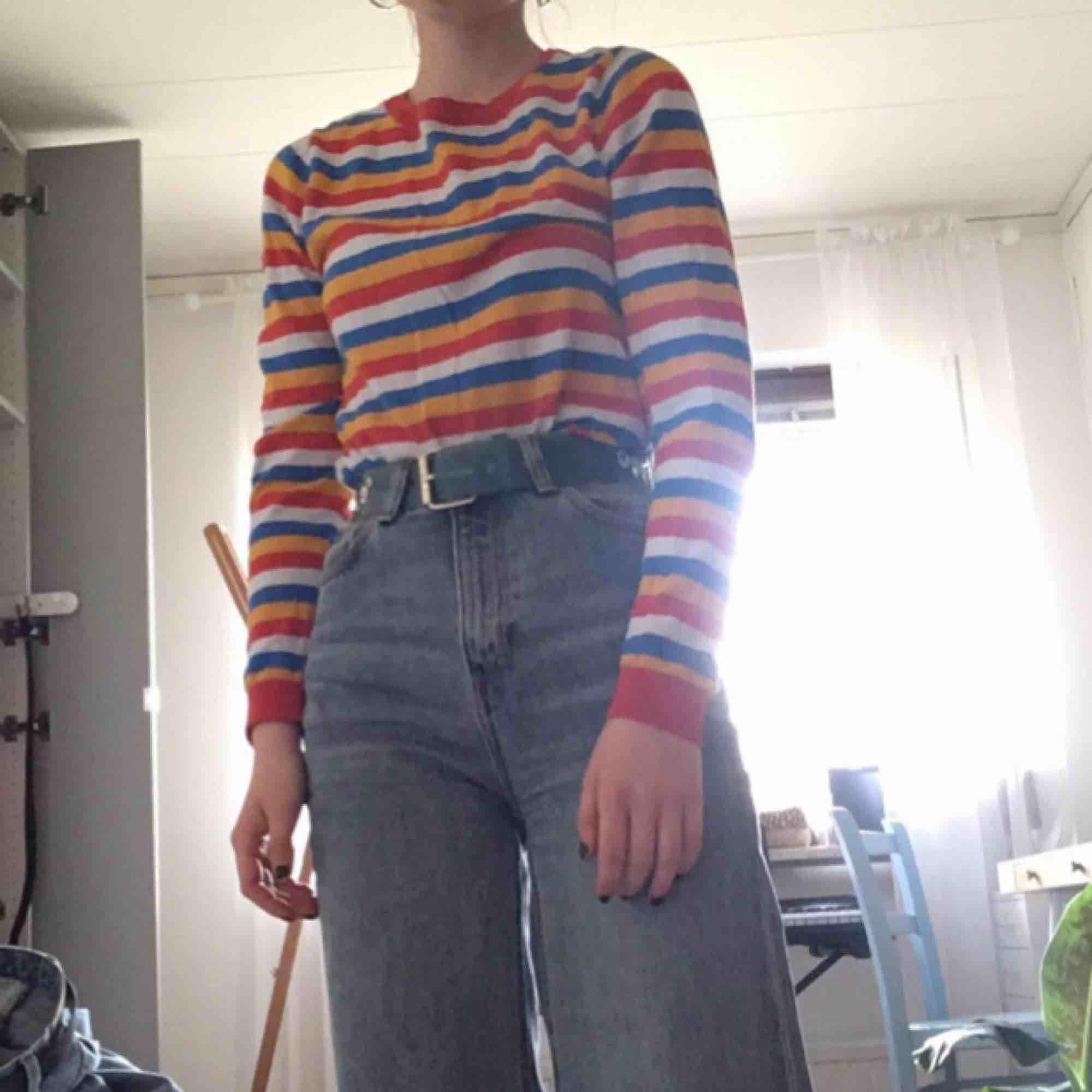 Randig tröja från MONKI i mycket fint skick. Muddar på ärmarna och nertill! Perfekt nu till våren. Jag kan både mötas upp i Stockholm och posta, men köparen står då för frakten :). Toppar.