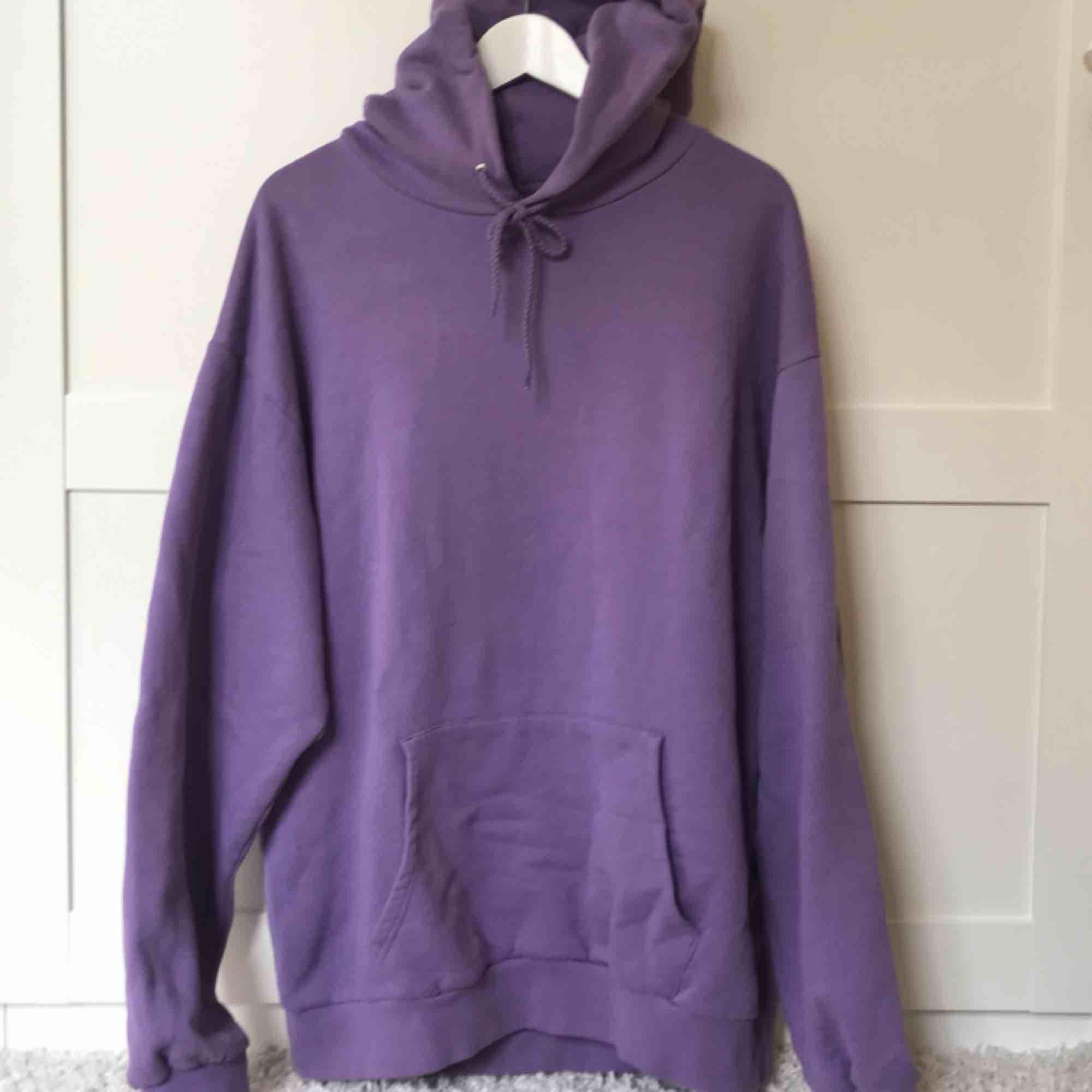 Lila hoodie köpt på carlings. I fint skick. Frakt inkluderat i priset💘. Huvtröjor & Träningströjor.