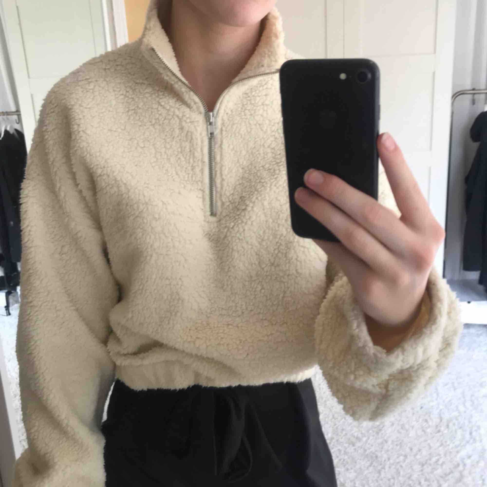 Jättefin zip swather i Teddy material, från Gina tricot. Frakt inräknat i priset. Pris går att diskutera. 💘. Huvtröjor & Träningströjor.