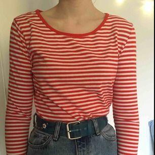 Knappt använd randig tröja från Hm i nyskick! Perfekt att ha under t-shirt eller bara som den är :) kan mötas upp i Stockholm eller posta, köparen står då för frakt!