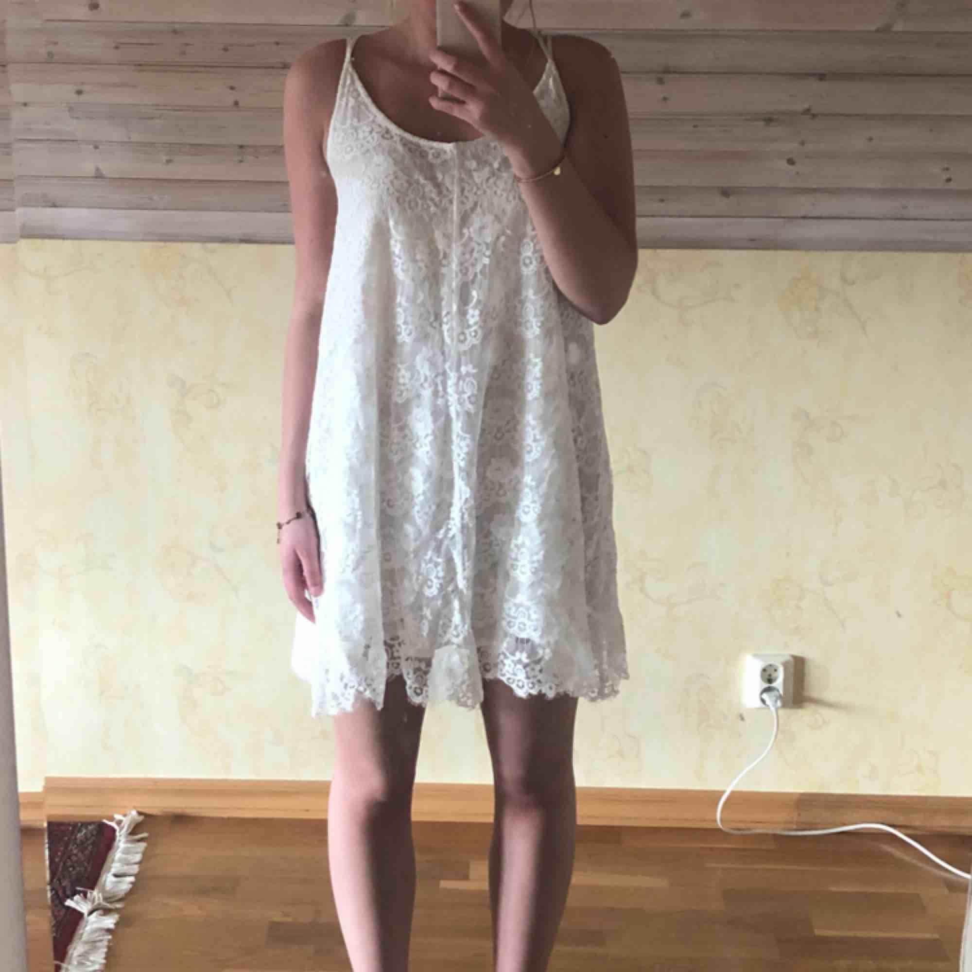 Vit spetsklänning som passar perfekt till sommaren! Jag har bara använt den en gång, på en skolavslutning. Köpt på JC, passar även om man har storlek S. Köparen står för frakten 💗. Klänningar.
