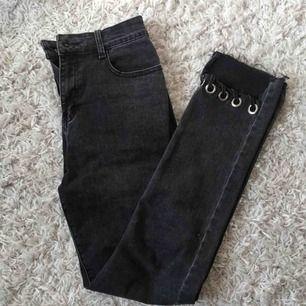 Jeans köpta från Nelly. Cool detalj vid nedre delen av smalbenet. Frakt inkluderat i priset☺️