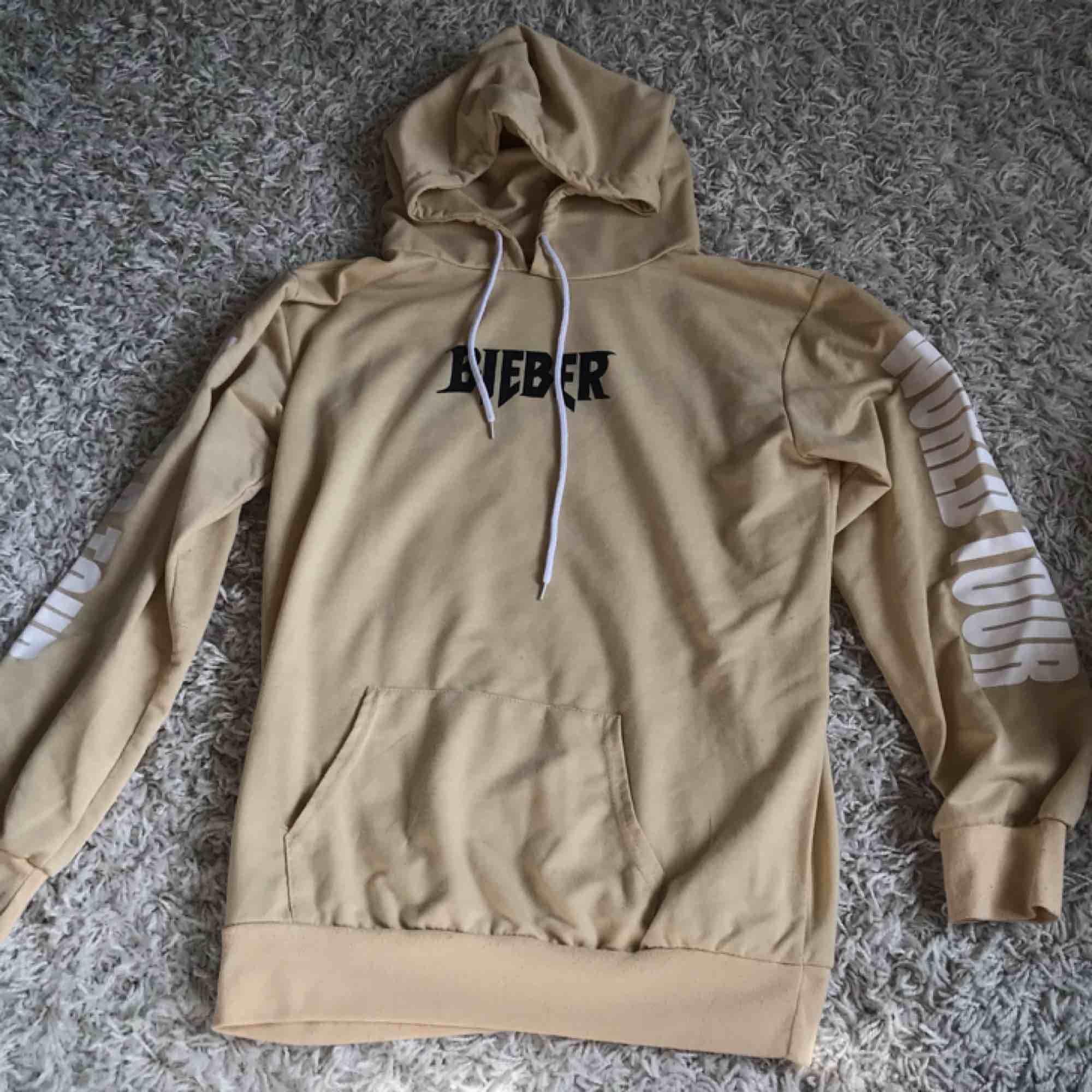 Justin Bieber purpose world tour hoodie, ej äkta men mycket fin. Frakt inräknat i priset 💘. Huvtröjor & Träningströjor.