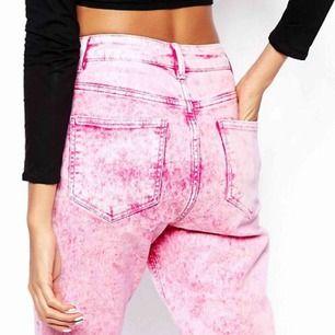 Rosa mumjeans från Asos 💖 Sockervaddsrosa dröm 💖 32/32 i jeansstorlek, jag som är något mindre än så har haft dem lite baggy ☁️ Frakt ingår i priset