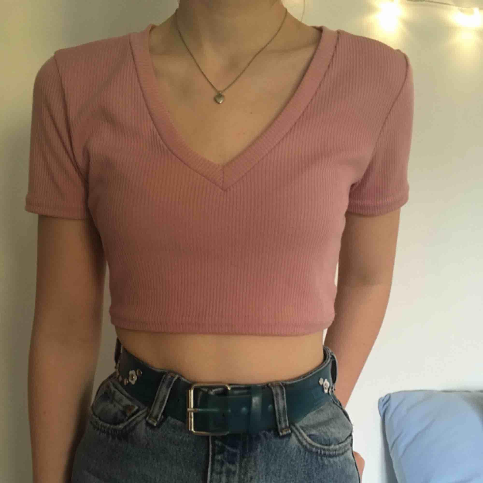 Gullig rosa crop-top från Urban Outfitters, använd enbart ett fåtal gånger. Kan mötas upp i Stockholm eller posta, då står köparen för frakt. Perfekt till sommaren! 🌷. Toppar.
