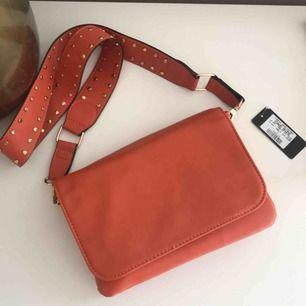 Jättefin väska från Kappahl, aldrig använd, säljs pga kommer inte till användning. Frakt tillkommer på 79 kr💘