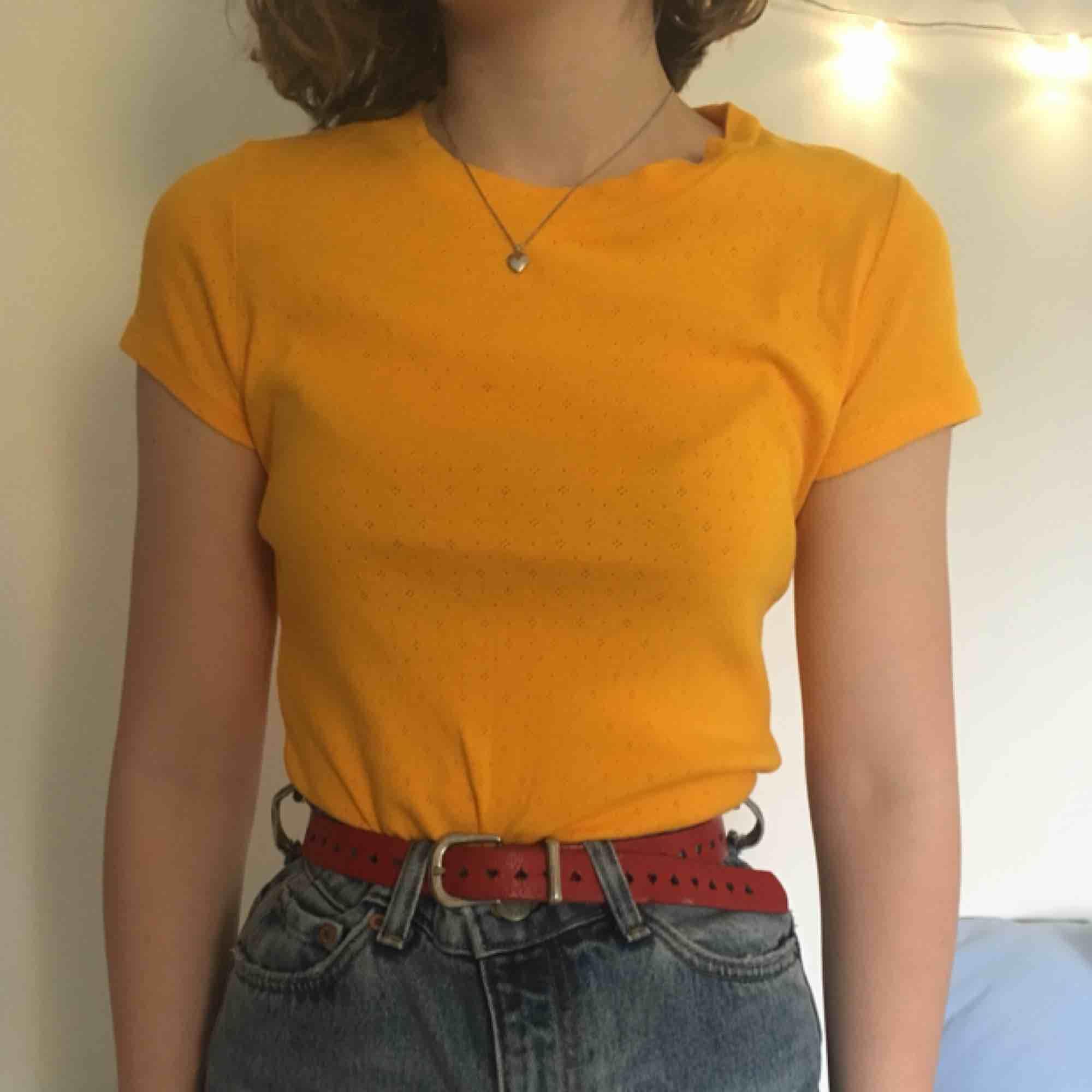 Mycket somrig och söt senapsgul t-shirt från MONKI, fina detaljer i tyget! Kan både mötas upp i Stockholm och posta men köparen står då för frakt! 🌞. Toppar.