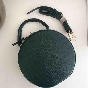 Jättefin rund väska från Gina tricot. Aldrig använd. Frakt tillkommer på 79 kr💘