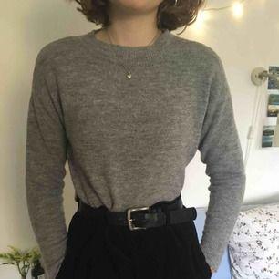 Mysig stickad grå tröja från HM i fint skick. Kan både mötas upp i Stockholm och posta men köparen står då för frakt! 🌷