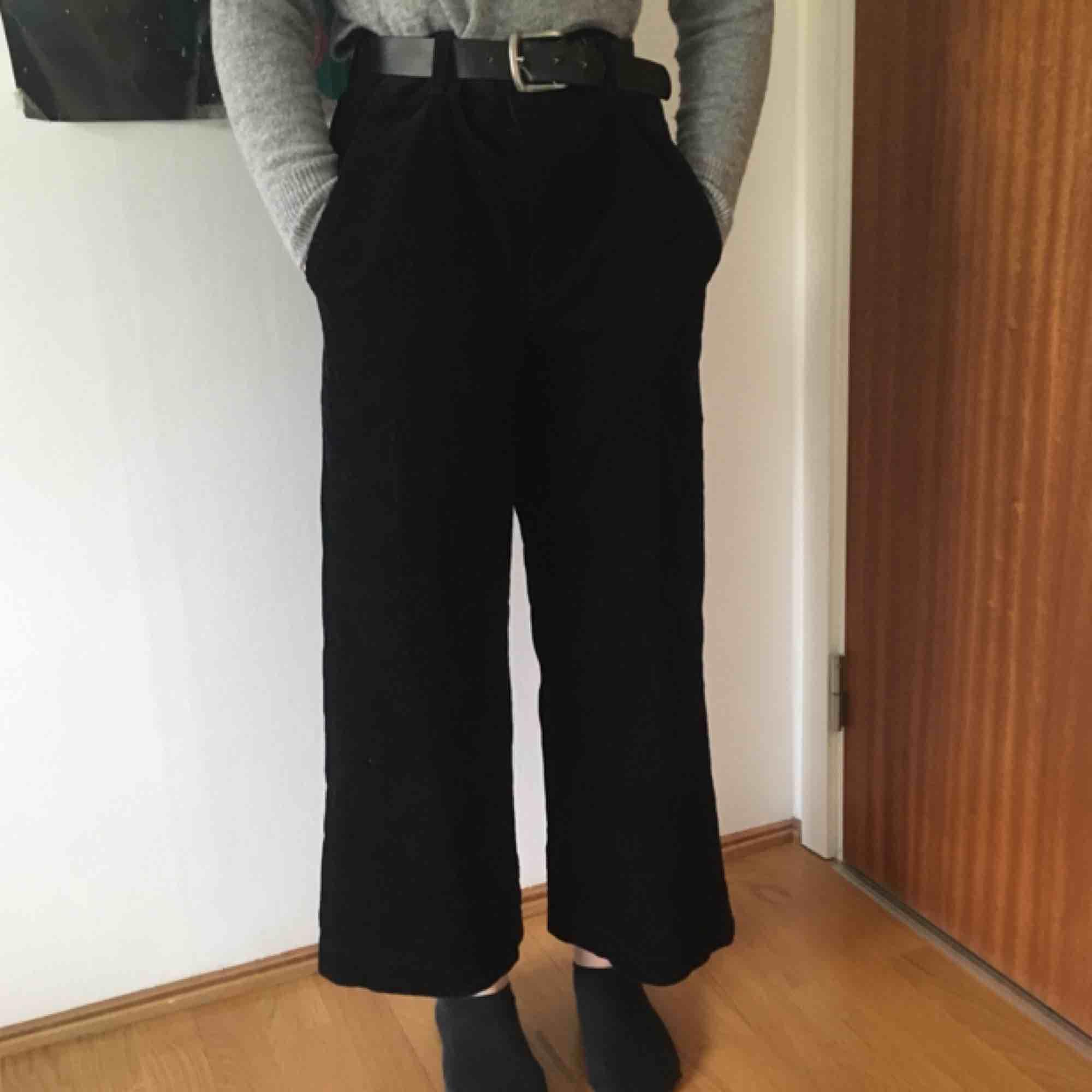 Marinblåa manchester byxor från Uniqlo. Waist: 26 inch/66 cm. Superfina och trendiga! Använda en gång pga fel storlek. Kan både mötas upp i Stockholm och posta men köparen står då för frakt 🌸. Jeans & Byxor.