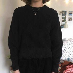 Svart heavy knitted tröja från MONKI. Knappt använd men bra till sommaren då den trots allt är relativt luftig! Kan både mötas i Stockholm och posta men köparen står då för frakt!! :)