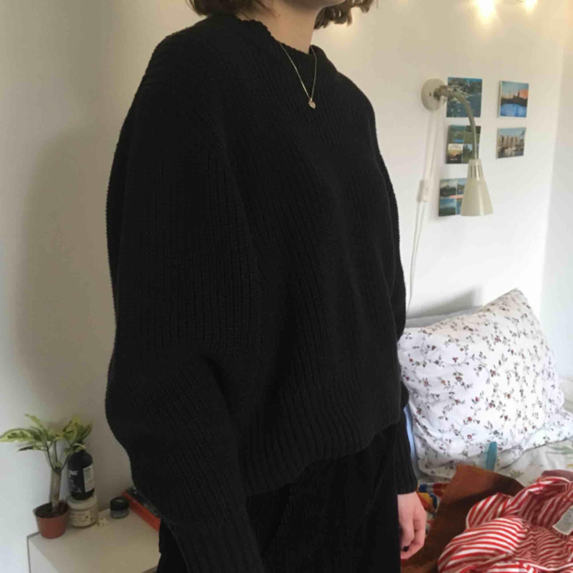 Svart heavy knitted tröja från MONKI. Knappt använd men bra till sommaren då den trots allt är relativt luftig! Kan både mötas i Stockholm och posta men köparen står då för frakt!! :). Stickat.