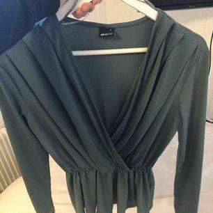 En fin tröja med något slags sammets tyg? Jätte fin färg och använd fåtal gånger! ❤️ uringningen är inte så stor som den ser ut på bilden. priset kan diskuteras!