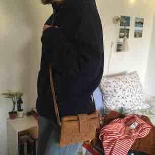Liten fin mockaväska från Moshi, flera småfack inuti och med stängbar magnet. Aldrig använd och jättesöt! . Väskor.
