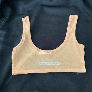 Tomboy nude mesh top med reflex. Storleken passar till S med större bröst eller M. Säljer pga att den är för stor :(