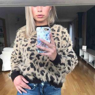 Stickad leopardtröja i supermysigt material. Riktigt snygg nu till vårens kyligare kvällar och likaså till hösten🤩 Sparsamt använd