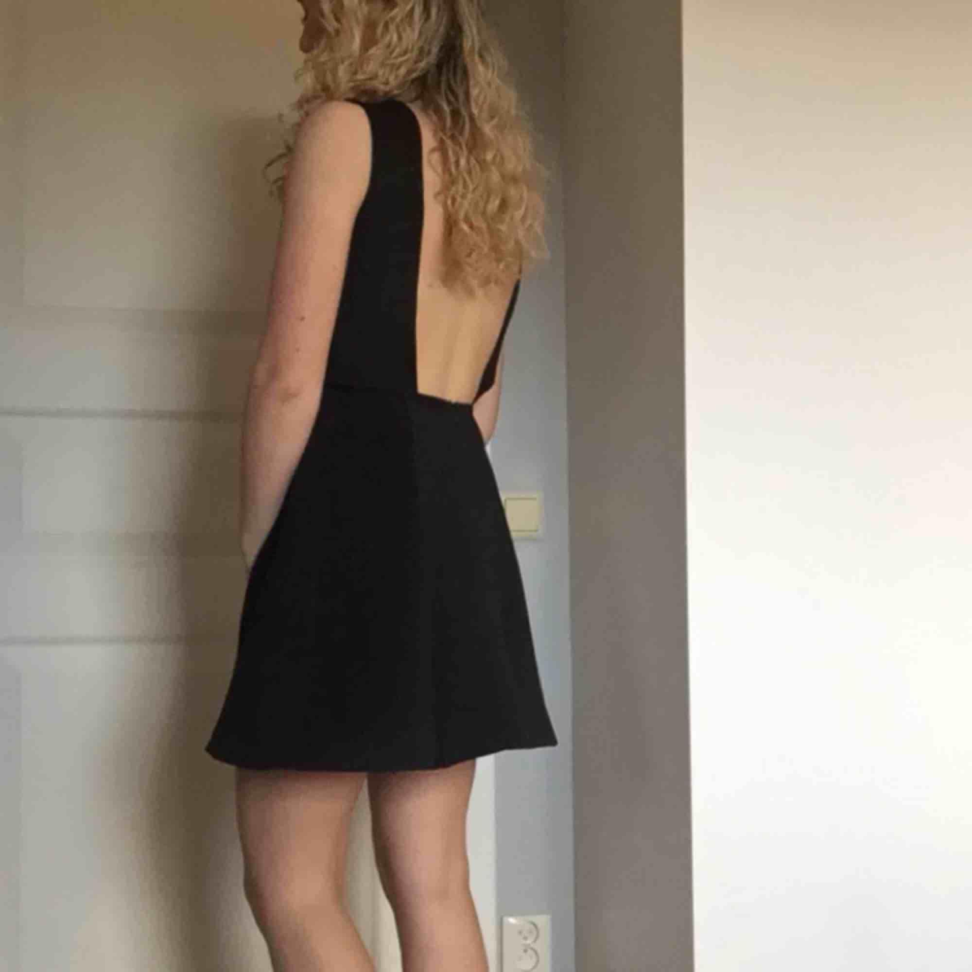 Jättefin klänning från Nelly, storlek Xs men materialet är stretchigt så passar även en S. Använd engång så i nyskick. . Klänningar.