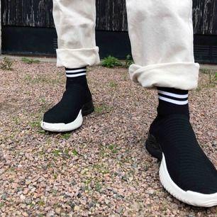Säljer ett par as coola svarta skor med vita ränder vid ankeln! Finns spår av användning men ändå i fint skick! Frakt ingår ej!