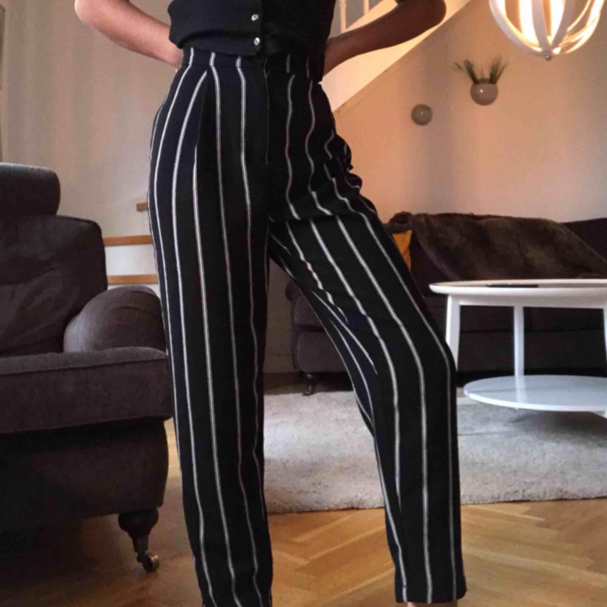 Randiga kostymbyxor som aldrig är använda för att det är lite för stora. Skönt material och väldigt fina till sommaren. De kommer ifrån H&M. Jeans & Byxor.