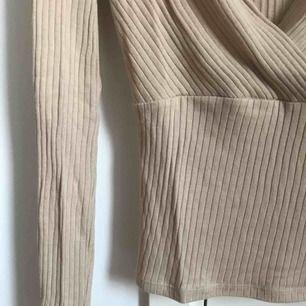 Ribbad tröja i beige/kamelfärg med omlott-urringning, strl XS. Använd 1 gång, superfint skick 💫