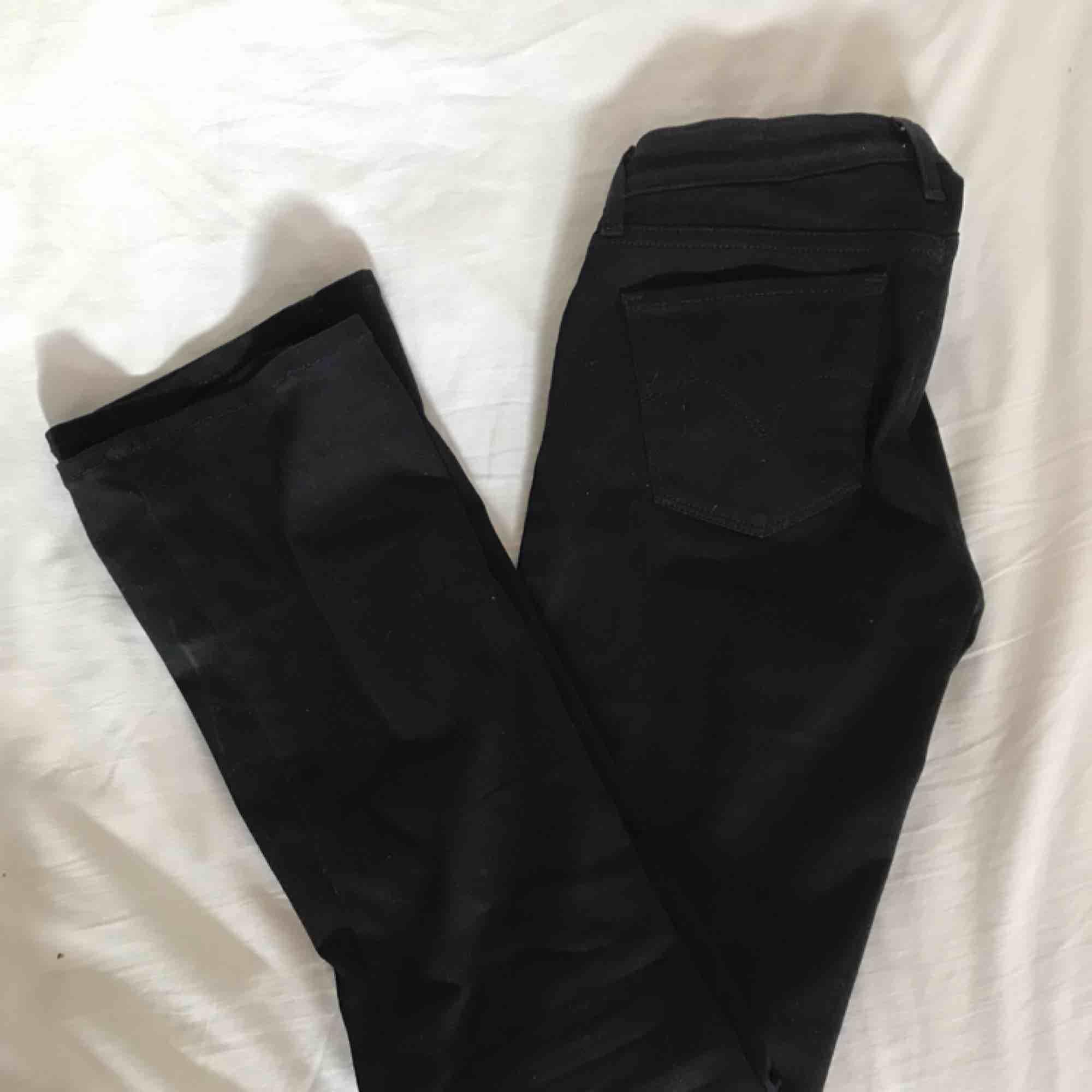 Svarta bootcut jeans från Levis. Nästan aldrig använda så i stort sett som nya🤩W24L30. Fraktar men fraktkostnad tillkommer . Jeans & Byxor.