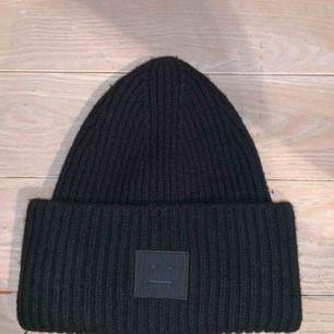 Acne pansy mössa i svart, köpt på NK i Göteborg. Priset kan sänkas vid snabb affär.