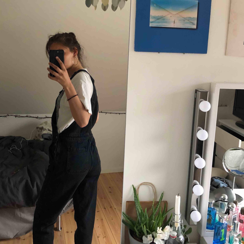 Svarta hängselbyxor från asos i storlek 8 (uk storlek) men skulle säga att det är en S. På bilden är de uppvikta, men de går att vika ner och upp ännu mer. Jag är 1,70 cm. Möts upp i Stockholm eller köparen står för frakt. Jeans & Byxor.