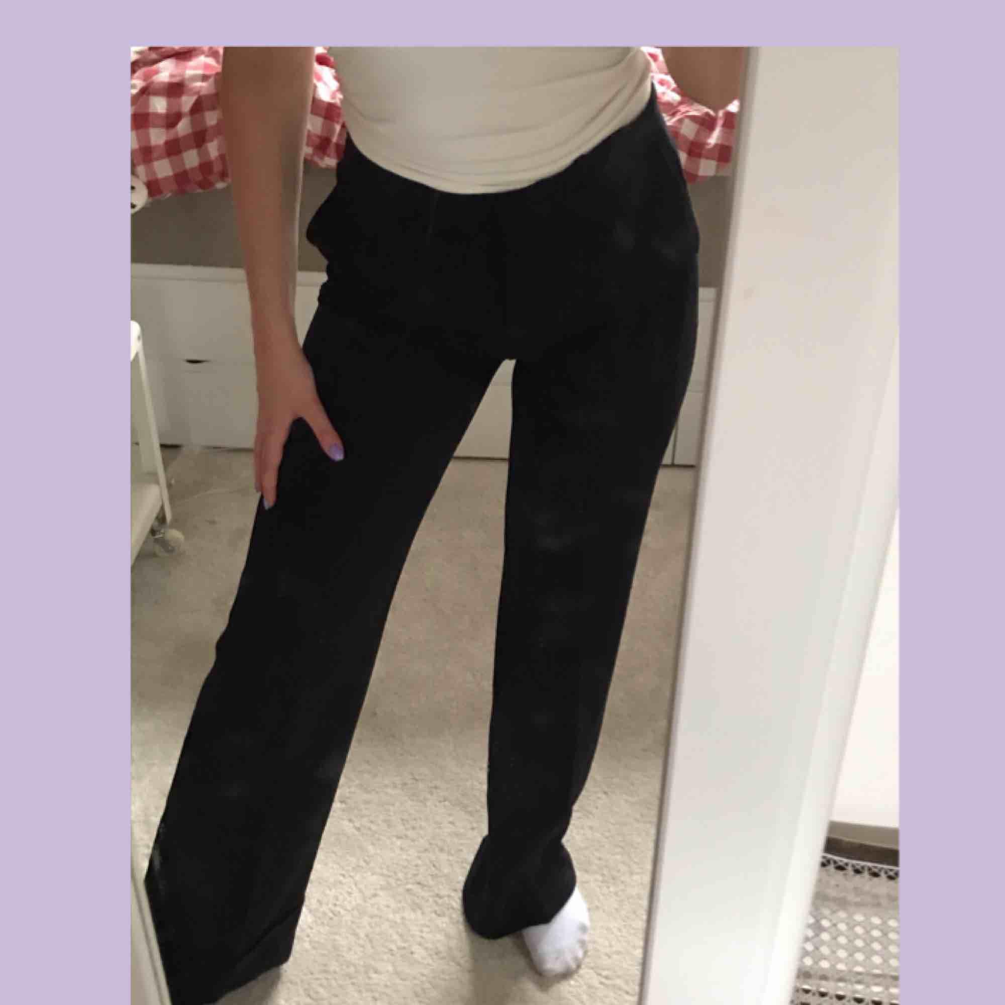 Endast prövade vida kostymbyxor i skönt och ganska stretching material. Skulle säga att de passar s-m. Perfekta nu till sommaren!:). Jeans & Byxor.