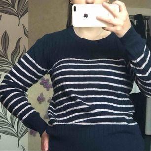 En jättefin kabelstickad tröja från Hampton Republic. Säljer tröjan pågrund av att den är knappt använd. Köparen står för frakten.