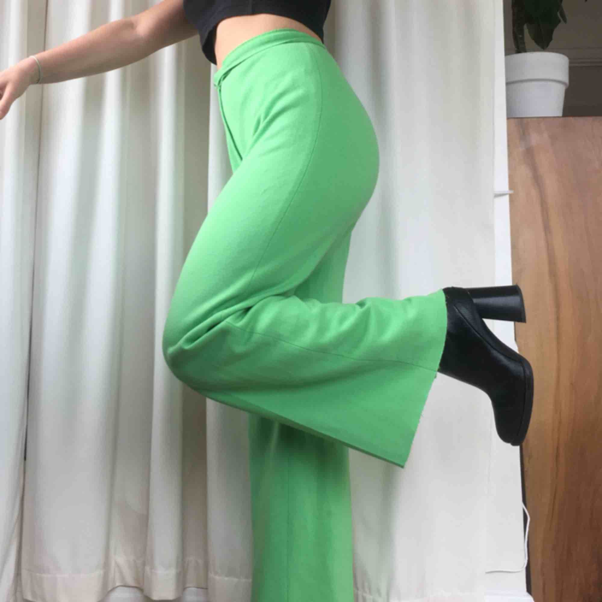 Riktigt snygga vintagebrallor i en härlig grön färg. Ut Såå skönt material och i bra skick! Perfekta på mig som är 160 cm. Köparen står för frakt💞💞❤️❤️. Jeans & Byxor.