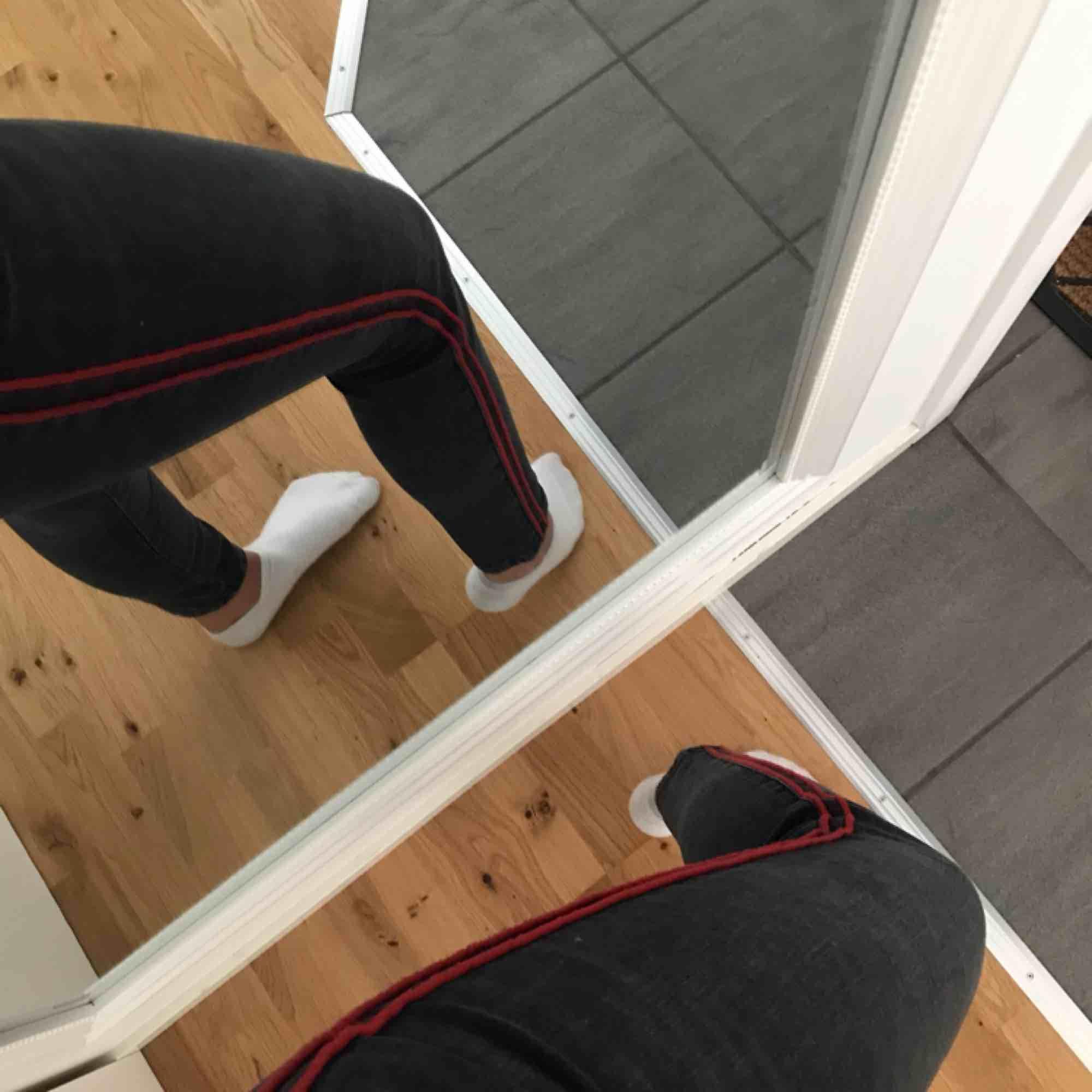 Grå/svarta ankle jeans med röda stripes på sidan från zara. Sjukt snygga med ett hål på ena knät! Använd ett fåtal gånger. Fraktar men fraktkostnad tillkommer. Jeans & Byxor.