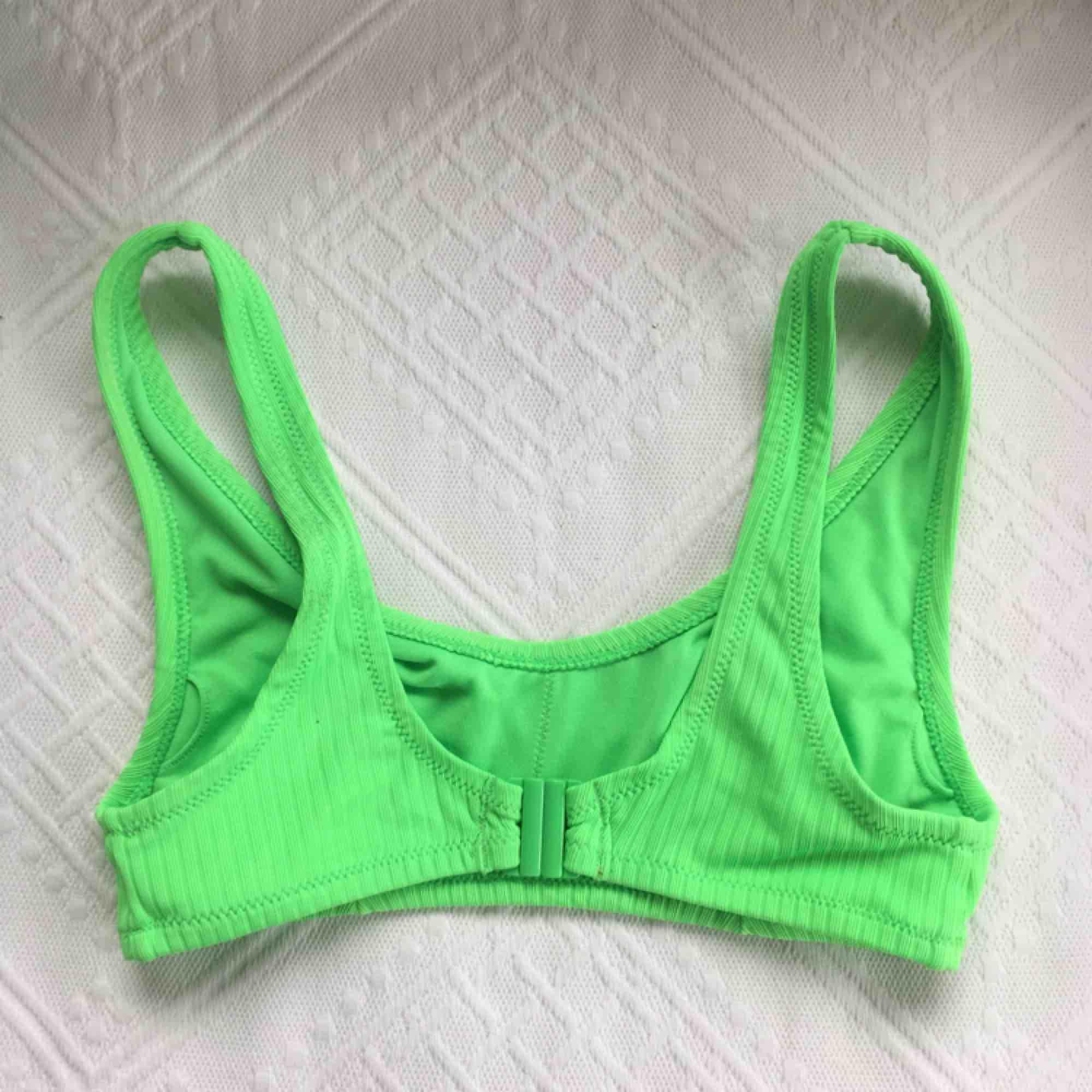 Jättesnygg bikinitopp i neongrönt. Använd max 2 gånger. Köparen står för frakt💞💞🚀. Accessoarer.
