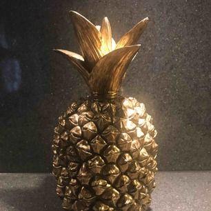 Ovanlig ananas säljes som knappt går att hitta då butiken är stängd. Den är mörkguldig och har inga sprickor eller dylikt. Köptes för 699kr och säljes för 450kr eller rimligt bud.