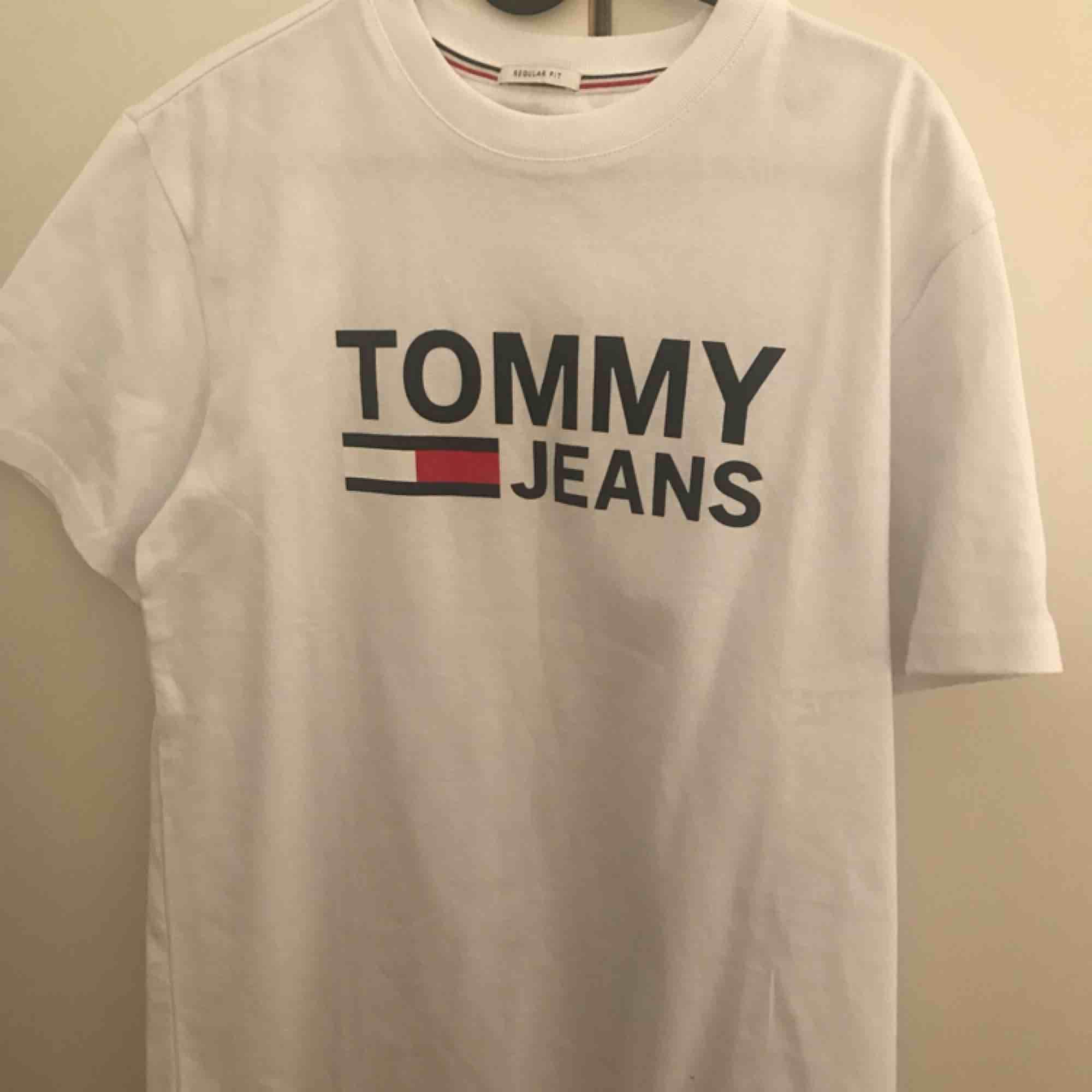 Säljer nu 2 plagg med märket Tommy Hilfiger. En t-shirt och en tjocktröja. Båda är storlek S men är en aning större. Aldrig använd. Tjocktröjan köptes för 699kr och säljes för 450kr / t-shirt köptes för 499kr och säljes för 250kr. Perfekt i present.. Huvtröjor & Träningströjor.