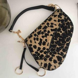 Jättefin leopard väska från Gina tricot, endast använd 1-2 gånger så i fint skick! Frakt tillkommer på 79 kr 💘