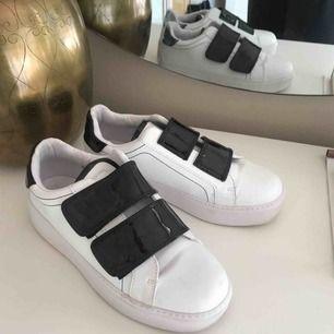 Jättefina skor köpta på boohoo med kardborreband! Sparsamt använda i mycket fint skick. Fraktkostnad tillkommer på ca 79 kr ☺️