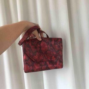 Jättefin handväska från monki. Röd med ormskinnsmönster. Rymmer mycket, består av två stor fack. Har en axelrem som man kan göra kortare och längre. Köparen står för frakt🔥💘
