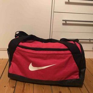 Nike väska i modellen Brasilia duffle Small, i färgen rosa. Väldigt sparsamt använd så den är i väldigt bra skick!  Går att mötas upp i Kumla eller Örebro, annars tillkommer frakt! Hör gärna av dig vid frågor eller om du vill ha fler bilder :)