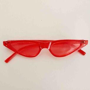 Coola röda solglasögon ifrån beyond retro. Aldrig använda.