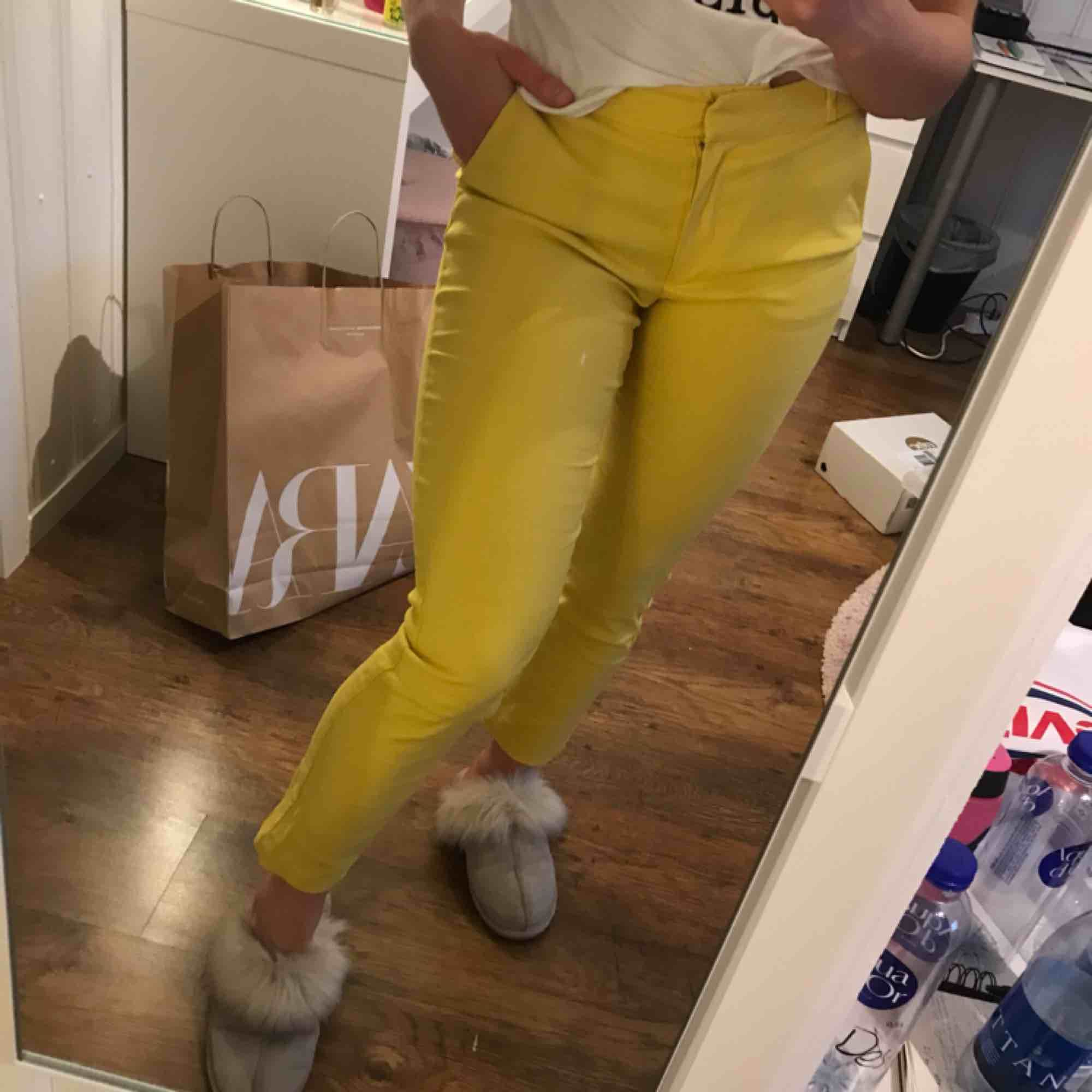Fina gula kostymbyxor. Köpta på mango och aldrig använda. Strl 34 men passar mig bra som har strl 36 så skulle säga att dem är ganska stretchiga. Man får en väldigt fin rumpa i byxorna ;) dock är dem lite genomskinliga. . Jeans & Byxor.