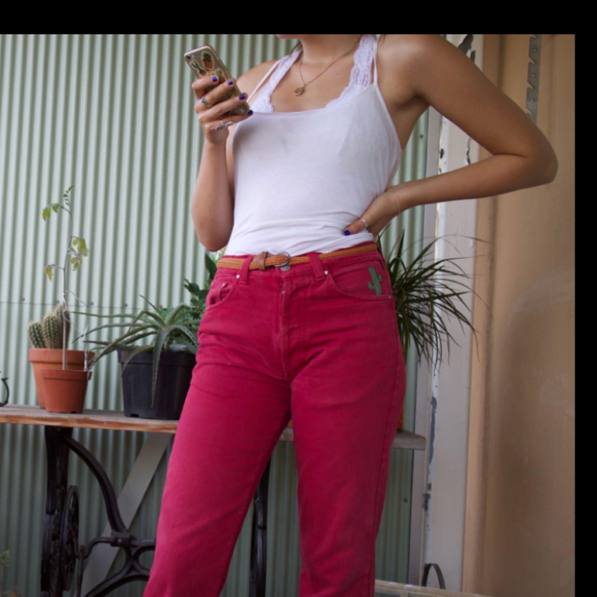 Ett par snygga Versace jeans! Kan kolla upp storlek och mått om ca 1 vecka om de intresserar:) eventuell frakt 75kr. Jeans & Byxor.