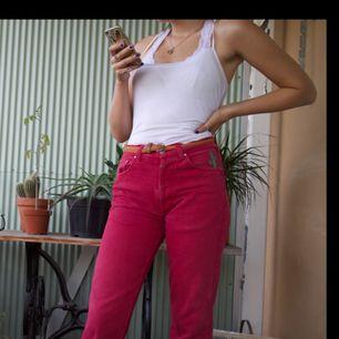 Ett par snygga Versace jeans! Kan kolla upp storlek och mått om ca 1 vecka om de intresserar:) eventuell frakt 75kr