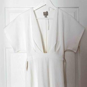 Jättefin vit klänning ifrån asos. Har band i midjan som man kan knyta. Går över knäna. Aldrig använd