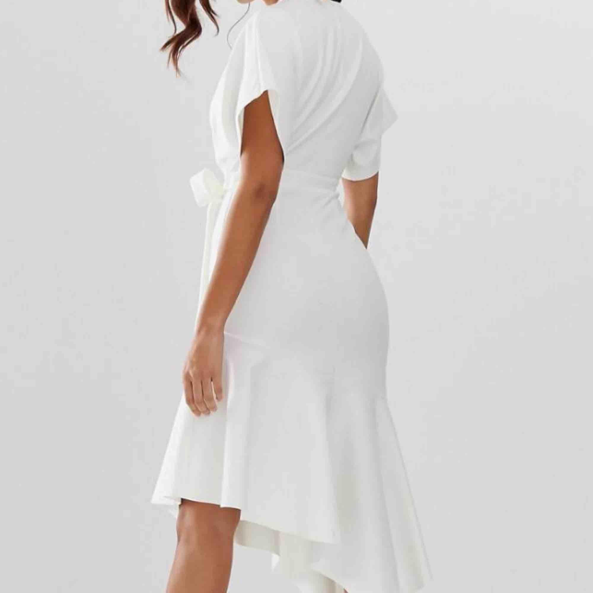 Jättefin vit klänning ifrån asos. Har band i midjan som man kan knyta. Går över knäna. Aldrig använd . Klänningar.
