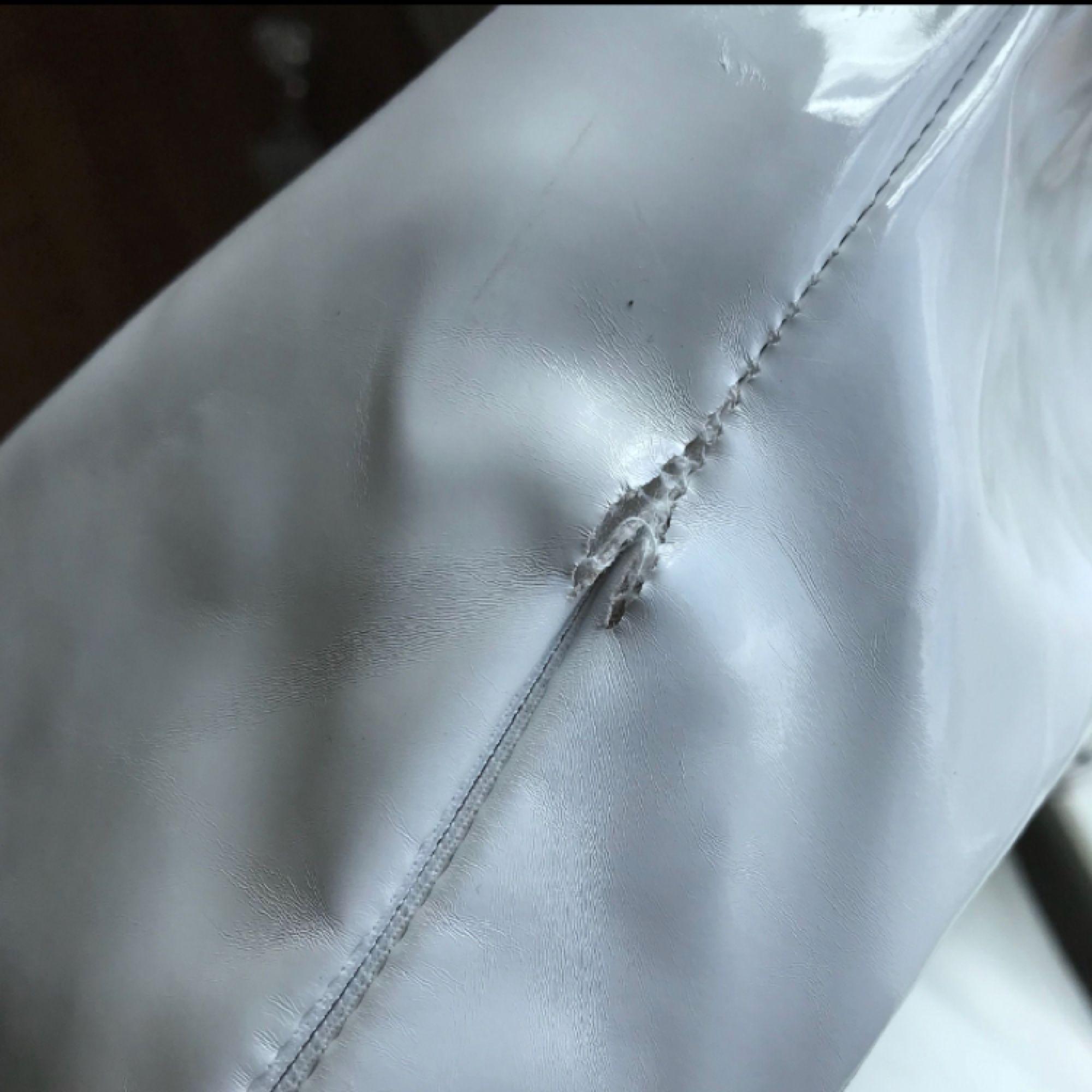 En superfin vinylkjol, köpt här på plick men är ursprungligen från missguide. Den har en liten skråma på höger sida men det är inget som syns tydligt när kjolen sitter på:)) eventuell frakt 54kr. Kjolar.