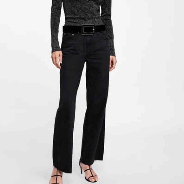 Supersnygga svarta jeans från Zara. Sitter en liten bit över hälen men släpar inte i golvet (!). Jag är 164 ca lång. . Jeans & Byxor.